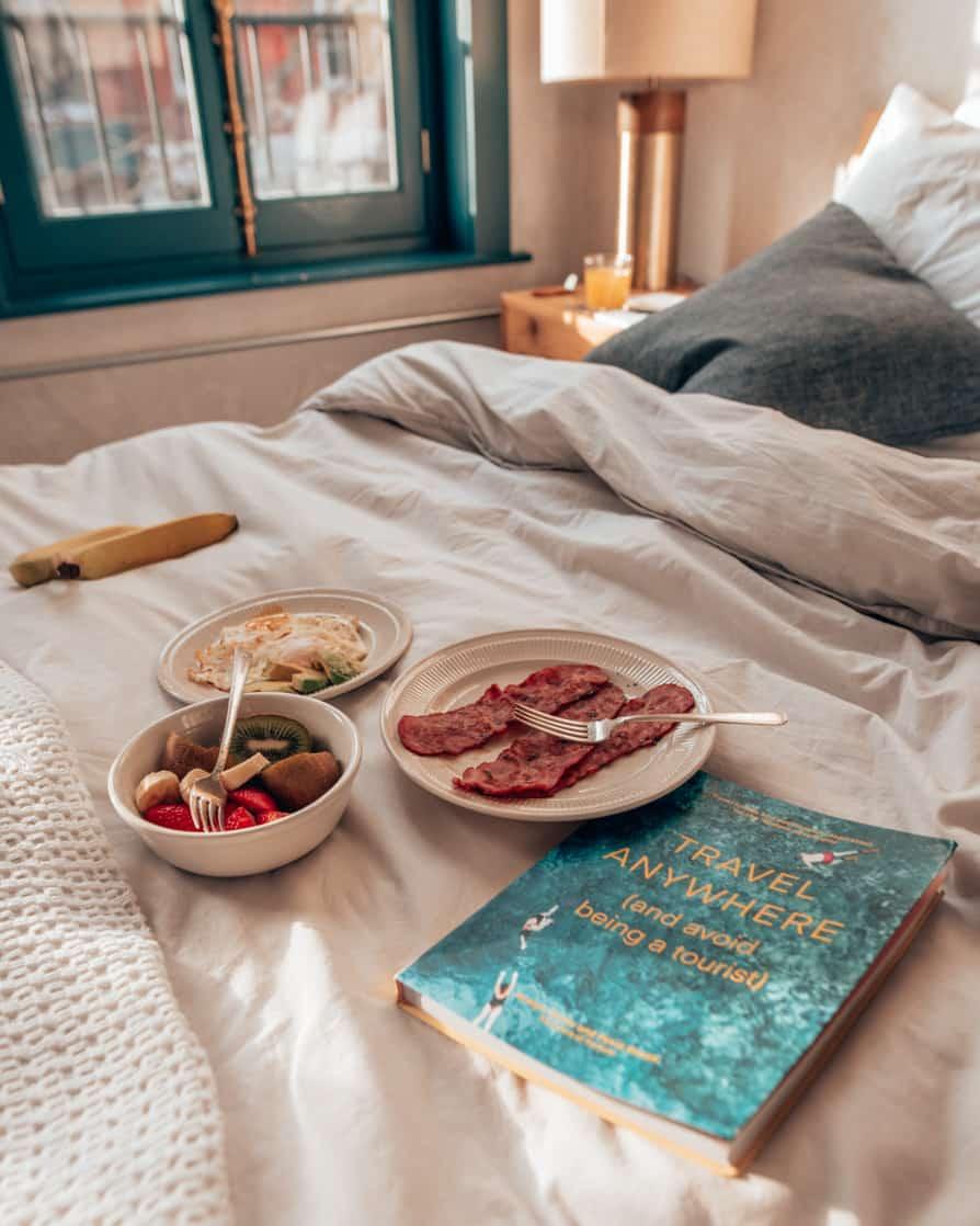 Breakfast in Bed, Lokal Hotel